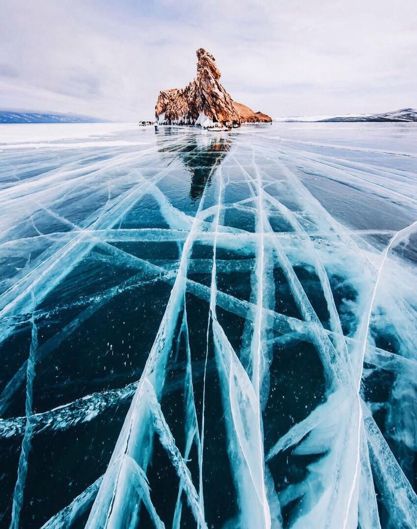 这里不是中国雪乡,确可以看到最美的雪景。 这里不是中国吉林,确可以看到最美的雾凇。 这里不是中国漠河,确有着比漠河低的温度。 这里就是俄罗斯西伯利亚,如果你还欠自己一个看雪的旅行,那么就从这里开始吧! 贝加尔湖位于俄罗斯西伯利亚伊尔库茨克州及布里亚特共和国境内,她是世界上最古老(拥有超过2500万年的历史)、最清澈、最深的淡水湖泊,就像一枚巨大璀璨的钻石,镶嵌在西伯利亚平原上,熠熠生辉。